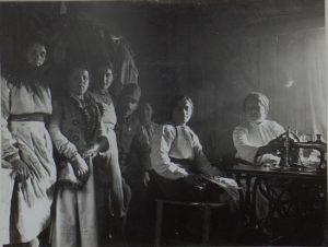Galizische Mädchen beim Wäscheausbessern in der Wäscherei in Perehinsko, Februar 1916