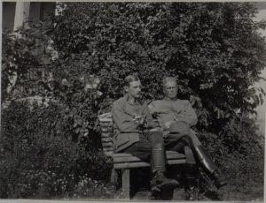 Feldzeugmeister Siegmund Benigni mit seinem Sohn vor dem Quartier in Perehinsko, Februar 1916
