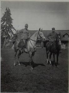 Feldzeugmeister Siegmund von.Benigni mit seinem Sohn zu Pferd vor den Quartier in Perehinsko, Februar1916