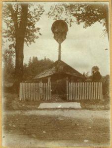 Kapliczka przydrożna Perehińsko woj. Stanisławów; naklejona fiszka IHS UJ Archiwum Fotograficzne.